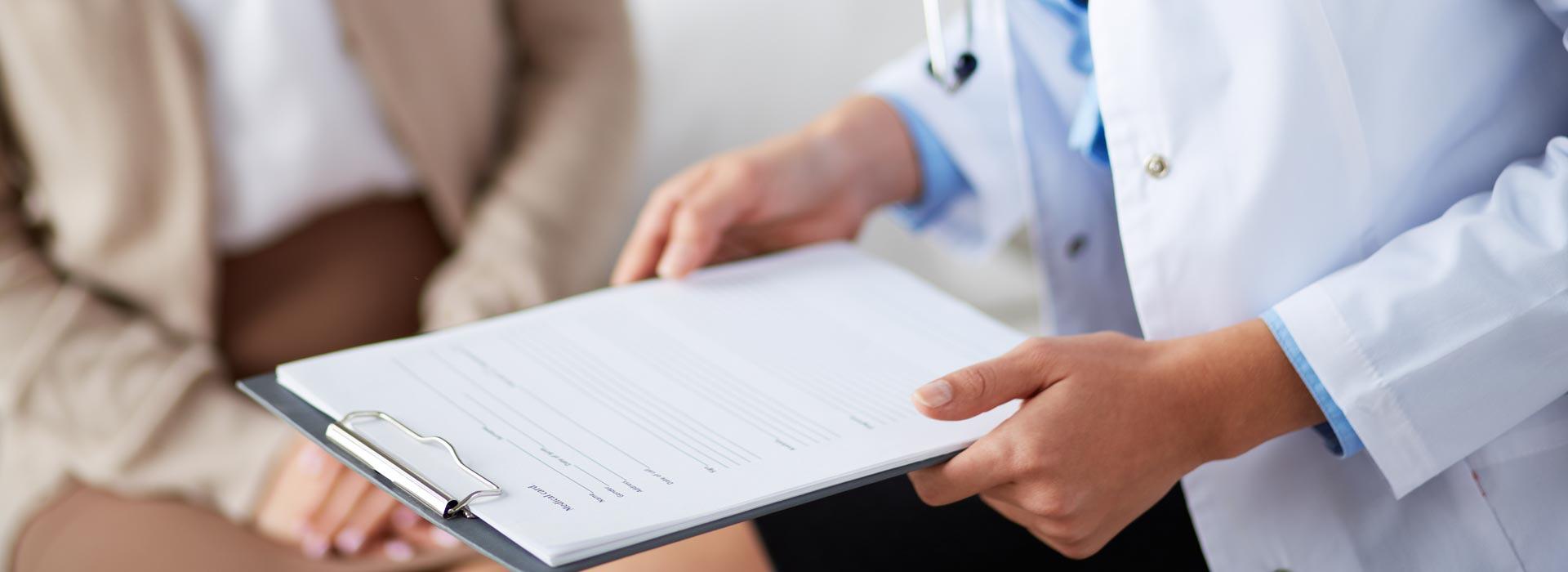 Lekarz prezentujący pacjentce wynik badania.