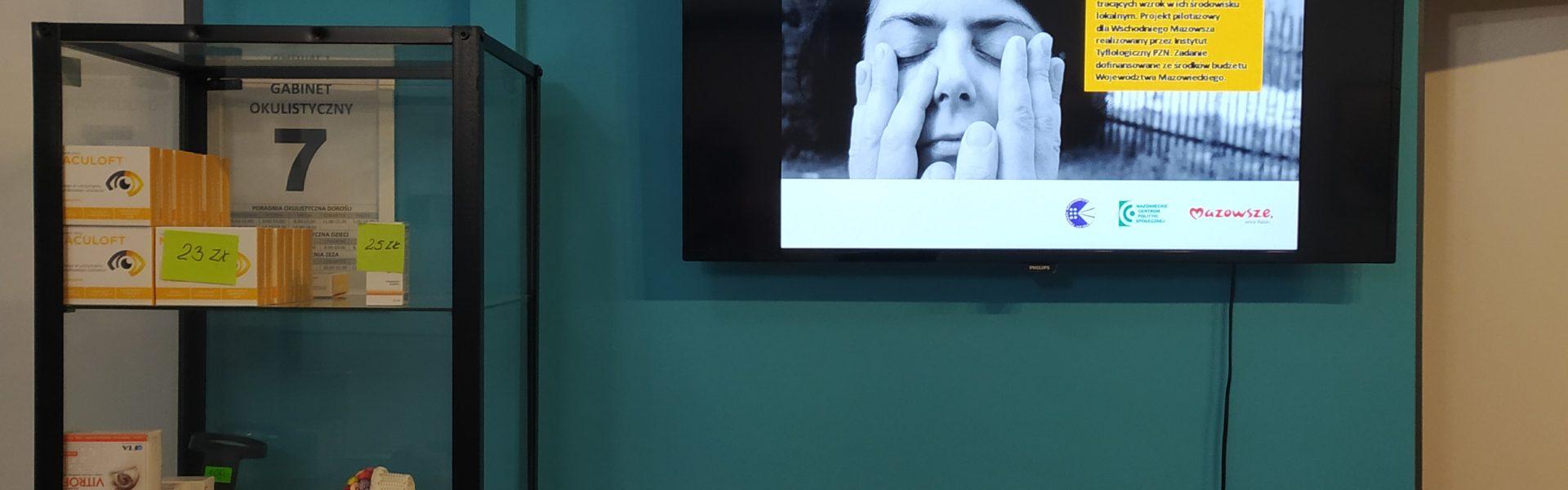 Centralna Przychodnia Rehabilitacyjno-Lecznicza PZN. Na małym telewizorze wyświetla się plakat projektu.