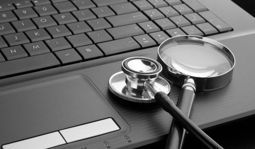 Na laptopie, tuż przy klawiaturze leży stetoskop.